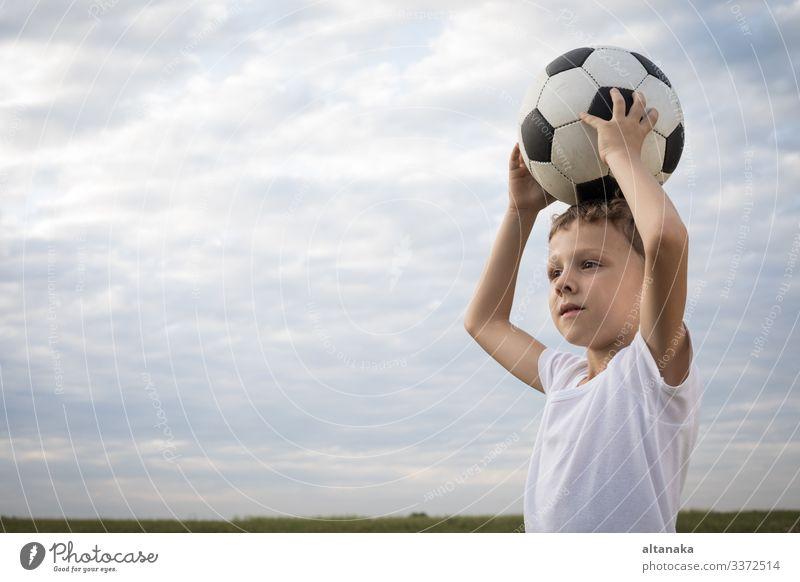Porträt eines kleinen Jungen mit Fussball. Begriff des Sports. Lifestyle Freude Glück Erholung Freizeit & Hobby Spielen Sommer Fußball Kind Mensch Mann