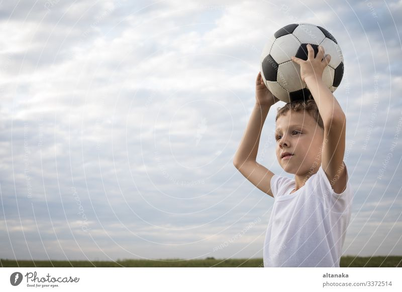 Porträt eines kleinen Jungen mit Fußball. Lifestyle Freude Glück Erholung Freizeit & Hobby Spielen Sommer Sport Kind Mensch Mann Erwachsene