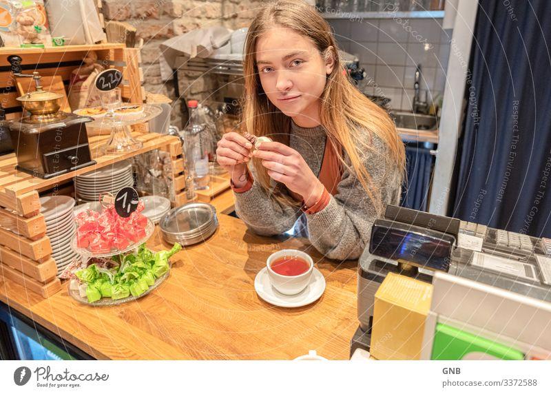 Teepause feminin Junge Frau Jugendliche 1 Mensch 18-30 Jahre Erwachsene Essen schön natürlich Stimmung Zufriedenheit genießen Barista Pause Café Versuch