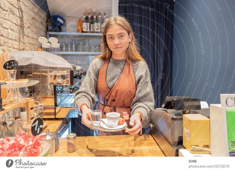 Dein Espresso bitte! Ernährung Frühstück Kaffeetrinken Italienische Küche Getränk Heißgetränk Tasse Barista Café Gastronomie feminin Junge Frau Jugendliche