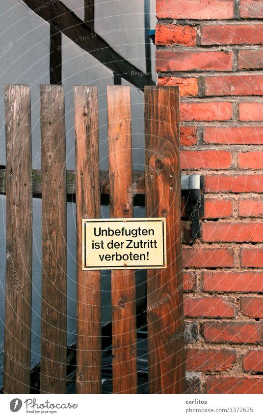 Unbefugten ist der Zutritt verboten Tür Tor Pforte Lattenzaun Türangel Fachwerk Klinker Mauerwerk Gasse Zugang Verbot Schild Zugang Erlaubnis typisch Deutsch