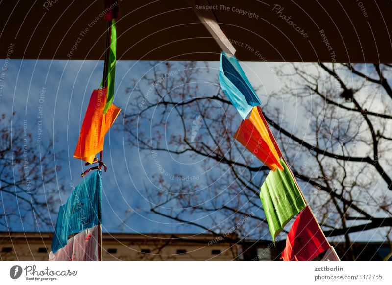 Gebetswimpel berln dalai lama fahne flagge gebet gebetsfahne gebetsfähnchen gebetswimpel gegenlicht menschenleer religion schöneberg sonne stadt textfreiraum