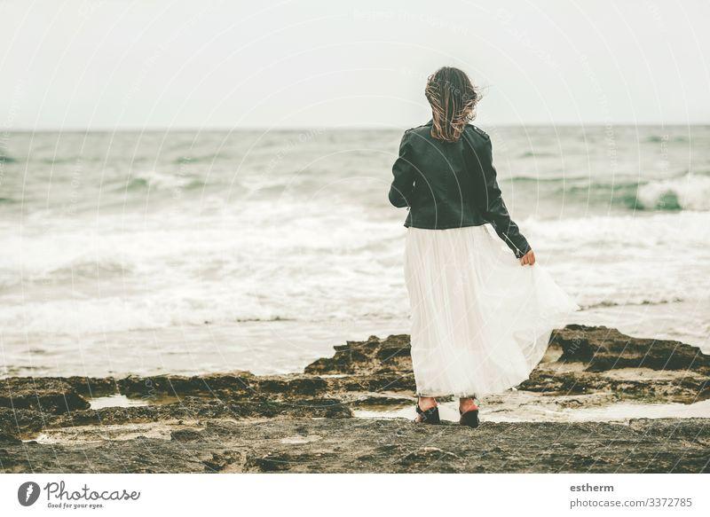 Rückenansicht einer nachdenklichen jungen Frau am Strand Lifestyle elegant Stil schön Wellness Ferien & Urlaub & Reisen Freiheit Sommer Meer Wellen Mensch