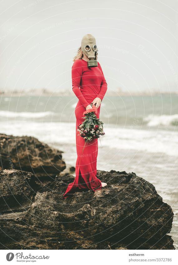 Frau Mensch Natur Jugendliche Junge Frau schön Meer Strand Lifestyle Erwachsene Traurigkeit feminin elegant Zukunft gefährlich niedlich