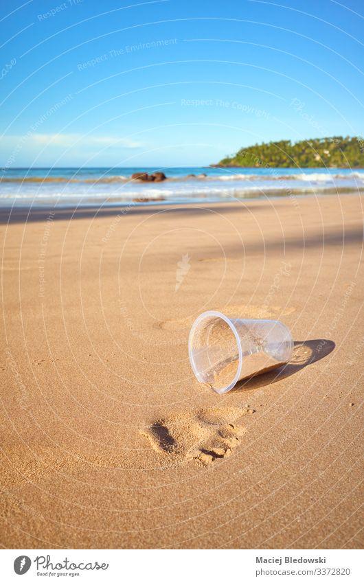 Plastikbecher an einem tropischen Strand. Ferien & Urlaub & Reisen Sommer Sommerurlaub Meer Insel Umwelt Natur Sand Kunststoff Fußspur Umweltverschmutzung