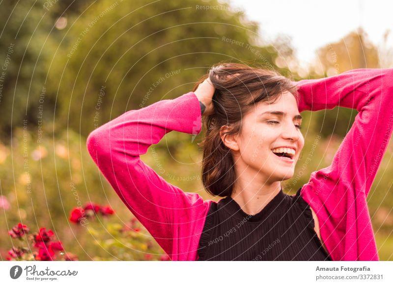 Frau lächelt glücklich Mensch feminin Junge Frau Jugendliche Erwachsene Körper 1 18-30 Jahre sportlich elegant dünn schön Gefühle Stimmung Freude Fröhlichkeit