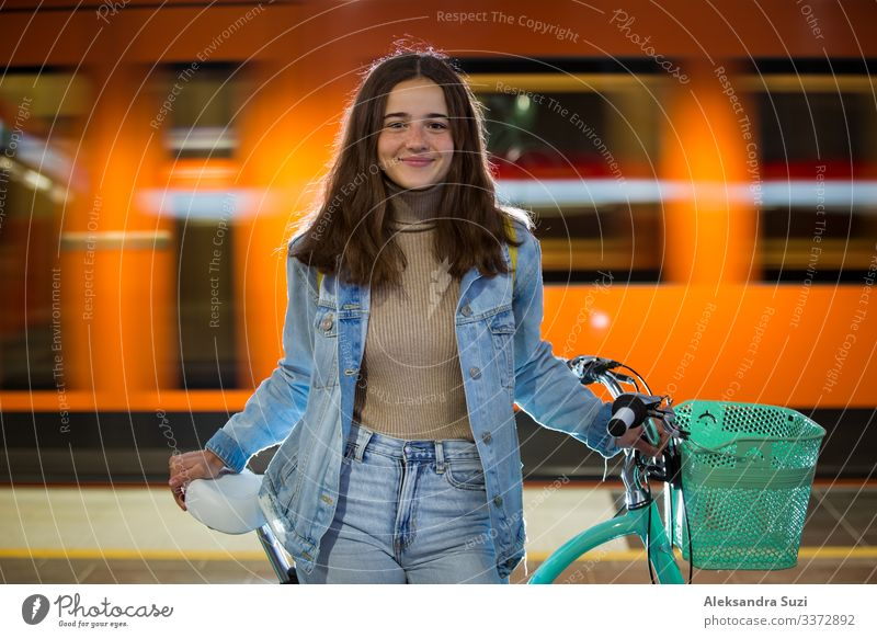 Jugendliche mit Rucksack und Fahrrad in der U-Bahn-Station Aktion Fahrradfahren Freizeitbekleidung Freundlichkeit heiter Großstadt Ausflugsziel ökologisch
