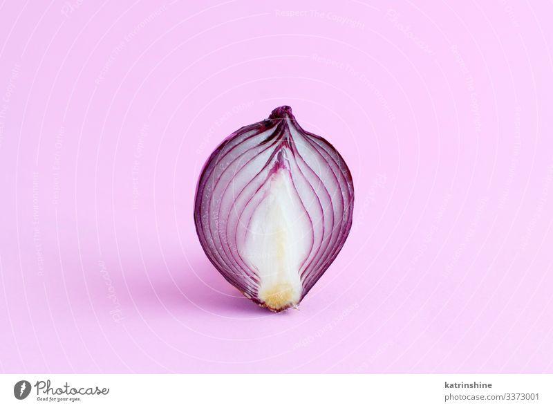 Violette Zwiebel auf hellrosaem Hintergrund Gemüse Vegetarische Ernährung frisch natürlich rot weiß purpur aufgeschnitten Hälfte Lebensmittel Gesundheit