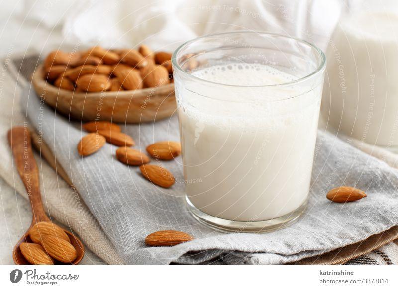 Vegane Mandelmilch, nicht-milchhaltige Alternativmilch Gemüse Ernährung Frühstück Vegetarische Ernährung Diät Getränk Löffel frisch natürlich melken alternativ