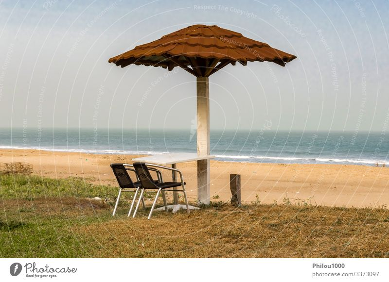 Zwei Stühle und ein Tisch sind zum Meer hin aufgestellt schön Erholung Freizeit & Hobby Ferien & Urlaub & Reisen Tourismus Sommer Sonne Strand Möbel Sofa Stuhl