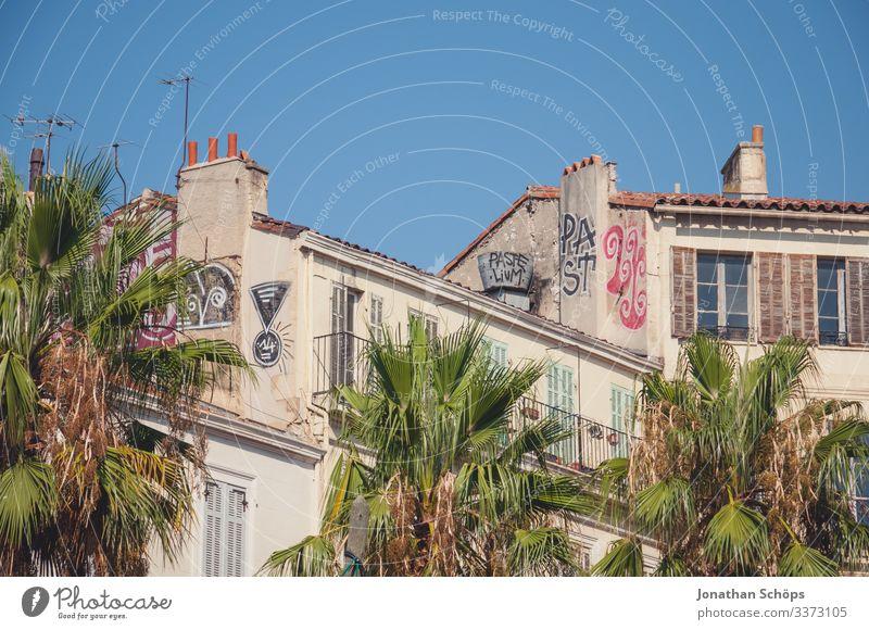 Fassade Haus mit Graffiti in Marseille Miete Wohnhaus Historische Bauten altbau Sommer Architektur Städtereise urlaub Frankreich Gebäude Bauwerk ästhetisch