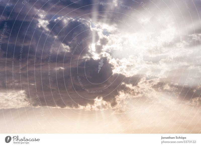 Wolkenhimmel mit Lichtstrahlen der Sonne Gegenlicht Sonnenstrahlen Lichterscheinung Tag Menschenleer Außenaufnahme Vertrauen himmlisch Hoffnungsstrahl