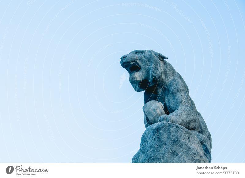 Skulpur Fabelwesen aus Stein vor blauem Himmel Tierporträt Porträt Kontrast Schatten Licht Tag Hintergrund neutral Farbfoto antik Kulturdenkmal massiv erhaben