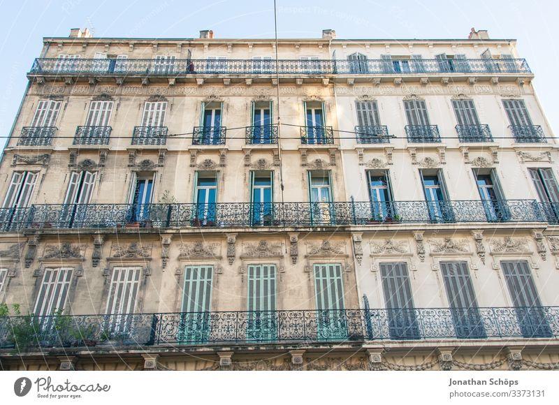 Hausfassade in Marseille Starke Tiefenschärfe Sonnenlicht Kontrast Außenaufnahme Licht Froschperspektive Menschenleer ästhetisch alt Fenster Balkon Fassade