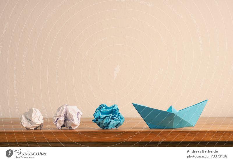 Neue Ideen oder Teamarbeitskonzept mit zerknülltem Papier und Papierboot Hintergrund blau Boot Business Farbe Kompass Konkurrenz Konzept Textfreiraum kreativ