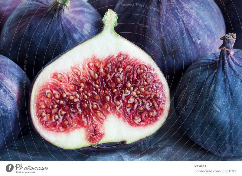 aufgeschnittene saftige Feige vor anderen Feigen Lebensmittel Frucht Ernährung Bioprodukte Vegetarische Ernährung Diät Italienische Küche frisch Gesundheit