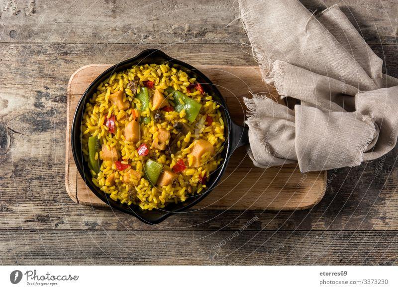 Gebratener Reis mit Hühnerfleisch und Gemüse auf einer Eisenpfanne asiatisch Hähnchen Chinesisch kochen & garen Essen zubereiten lecker Speise Lebensmittel