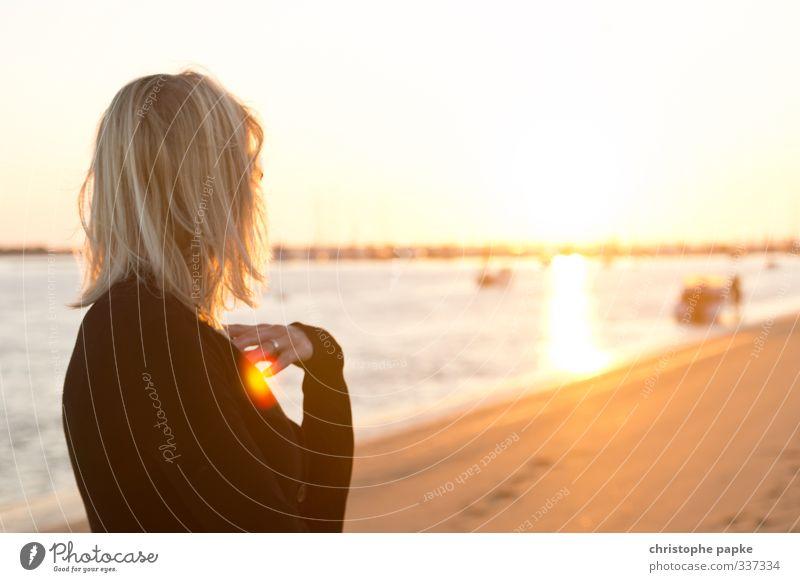 Junge blonde Frau blickt am Strand zur sonne Ferien & Urlaub & Reisen Sommer Sommerurlaub Sonne Meer feminin Junge Frau Jugendliche Erwachsene 1 Mensch