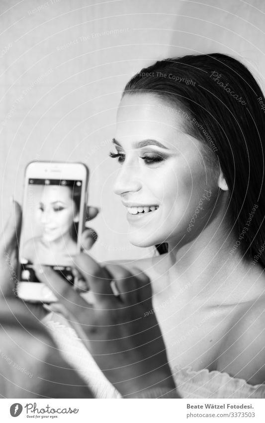 socialmedia_with_beauty schön Kosmetik Handy Unterhaltungselektronik High-Tech Telekommunikation Internet wählen Beratung Lächeln lachen leuchten ästhetisch