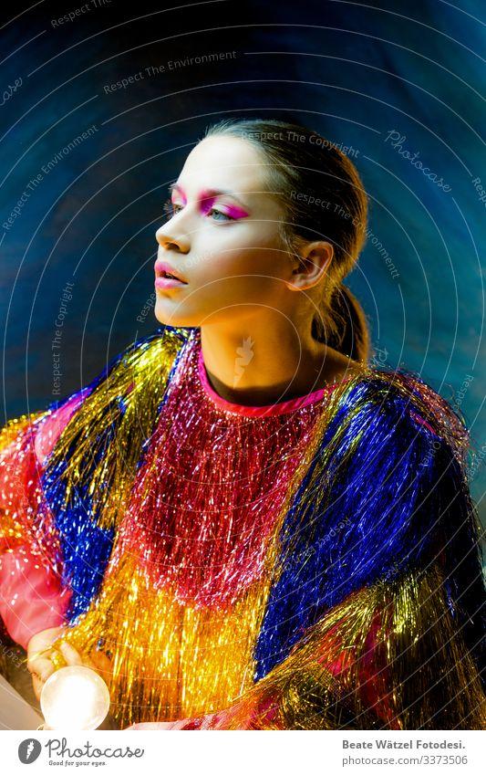 trend_magenta_01 Junge Frau Glamour glänzend mehrfarbig Schminke trashig modern Mode Licht selbstbewußt rosa verträumt träumen Party Show Lametta Flatterjacke