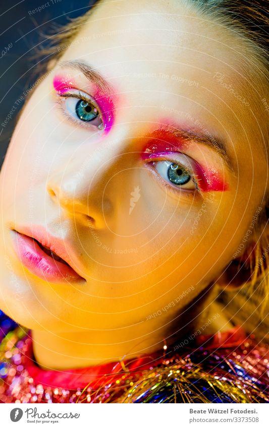 trend_magenta_04 Junge Frau Glamour Schminke trashig modern Mode Licht selbstbewußt rosa verträumt träumen Party Show verrückt schön stark trendy blau Glow