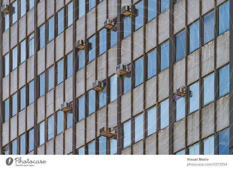 Fassade eines alten Gebäudes von 1964 Design Architektur blau Farbe Klimaanlagen Fenster Gebäudefassade urban Stadtfassade Tiefblick Reihe architektonisch Glas