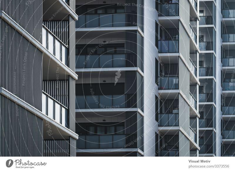 Geometrische Ansicht von Wohngebäuden Design Wohnung Gebäude Architektur Fassade Balkon Farbe Fenster Reihen von Balkonen Gebäudefassade urban Stadtfassade
