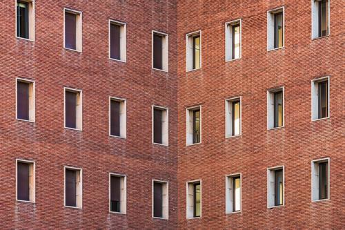 Symmetrische Fassaden eines Gebäudes Design Architektur Backstein Farbe Fenster Gebäudefassade urban altes Backsteingebäude Stadtfassade Außenseite