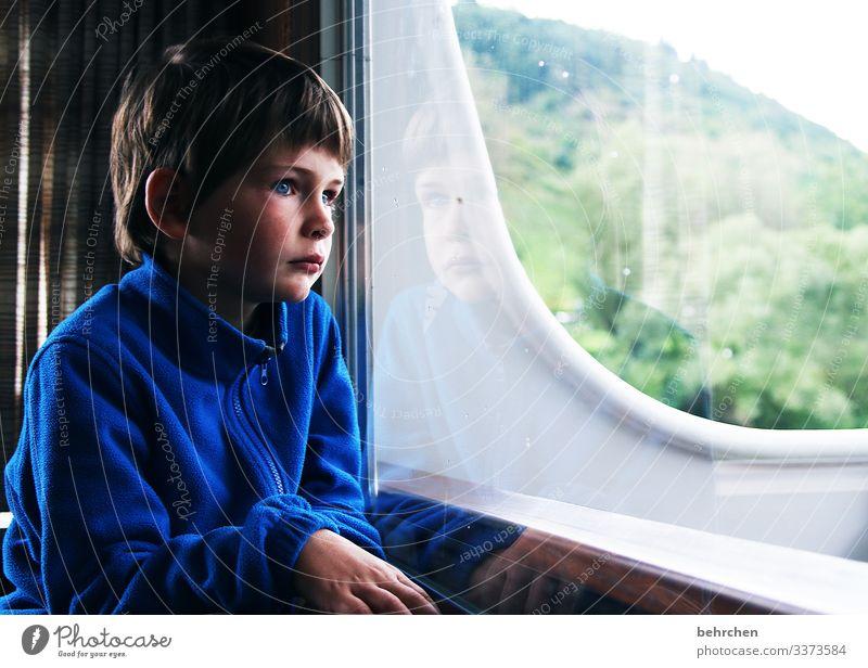 was wird kommen? | corona thoughts Porträt Kontrast Schatten Licht Tag Innenaufnahme intensiv Fernweh träumen nachdenklich Fenster Heimweh Sehnsucht Sorge