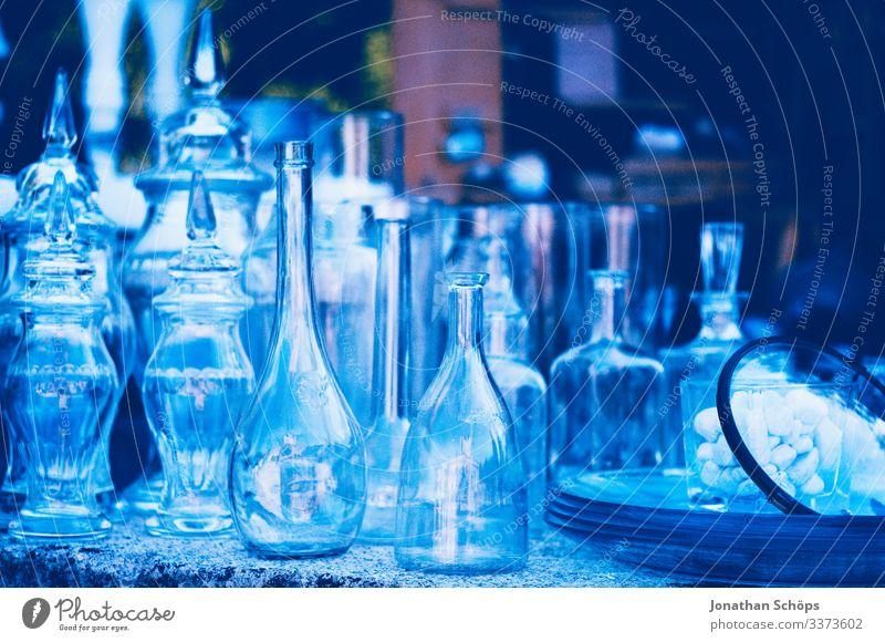 schönes Glas zum Verkauf auf dem Flohmarkt Tag Blumenvase Sammlung ansammeln mehrere Außenaufnahme durchsichtig blau Glaser verkaufen Flohmarktstand Glasflasche