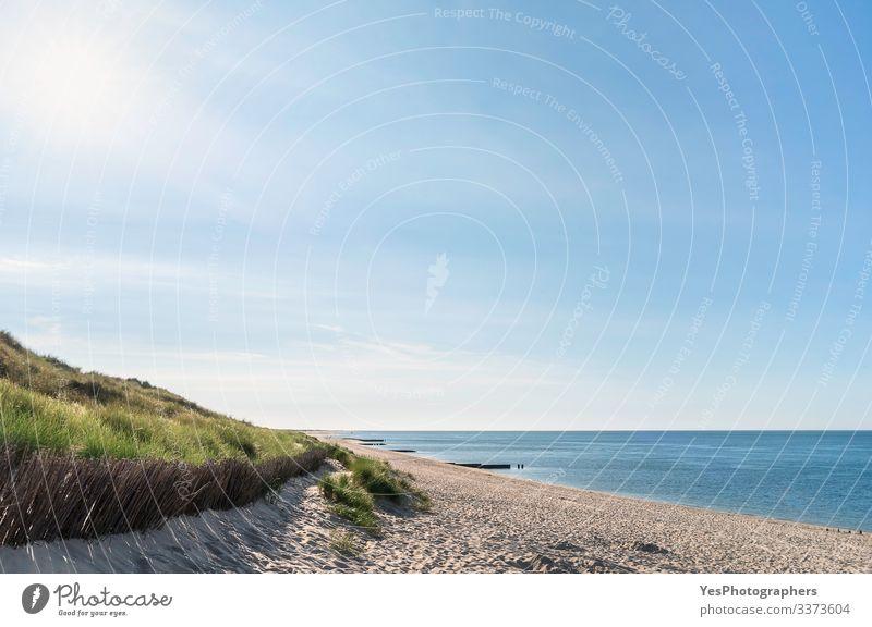 Strandkulisse mit Grasdüne an der Nordsee auf Sylt Erholung Sommer Sonne Meer Sand Schönes Wetter Küste Fröhlichkeit Lebensfreude Friesische Insel