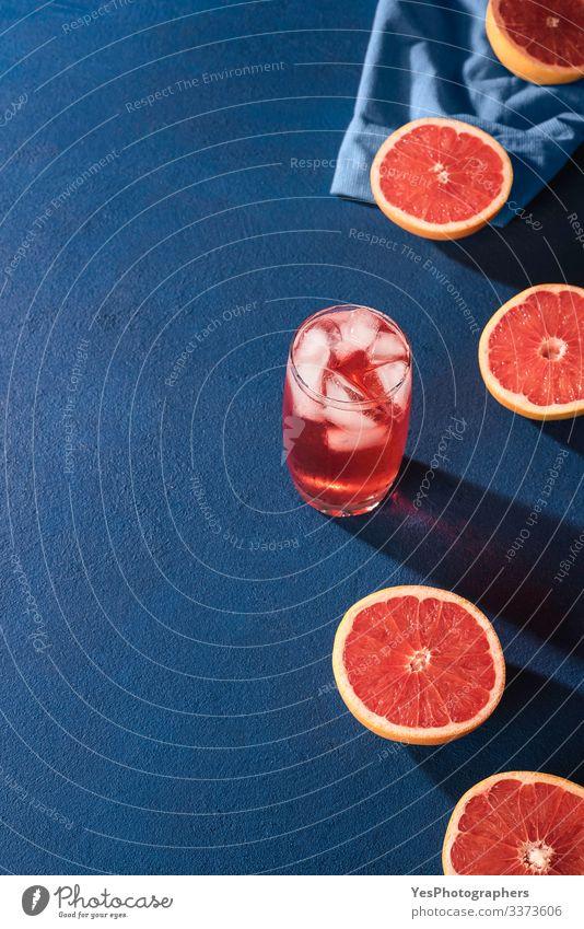 Grapefruitgetränk und Zitrusfrüchte in Scheiben geschnitten. Grapefruithälften Frucht Getränk Erfrischungsgetränk Limonade Saft Glas saftig Farbe