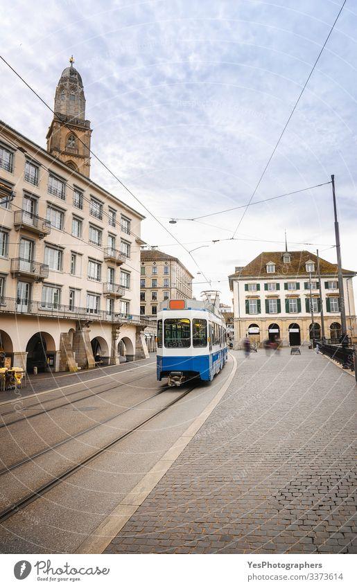 Zürcher Stadtbild mit blauem Tram in der Altstadt Lifestyle Ferien & Urlaub & Reisen Tourismus Ausflug Sightseeing Kultur Stadtzentrum Gebäude Architektur