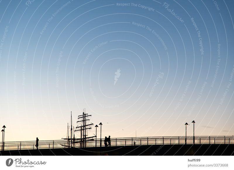 Silhouette von Brücke, Mensch und Schiff im Morgenlicht Menschen Segelschiff Dreimaster Sonnenaufgang Sonnenuntergang Sonnenaufgang - Morgendämmerung