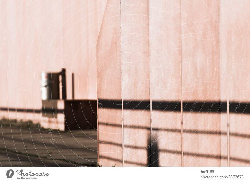 rosa Sichtbeton mit Schatten und Mülleimer Beton Fassade Symmetrie Betonmauer Streifen Kunst Surrealismus Kreativität Geländer Bauwerk modern Mauer Minimalismus
