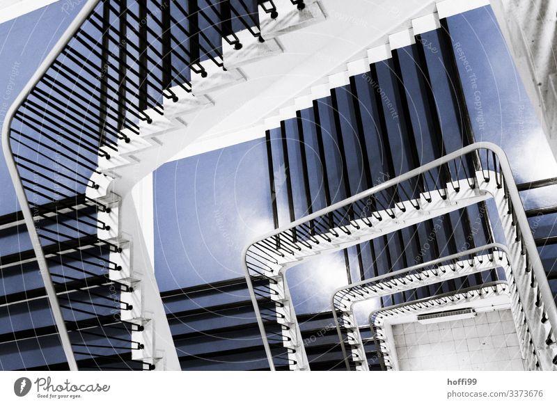 Blick von oben in ein Treppenhaus Blick nach unten Innenaufnahme treppenschacht Geländer Wendeltreppe Treppengeländer ästhetisch Menschenleer blaue Treppe