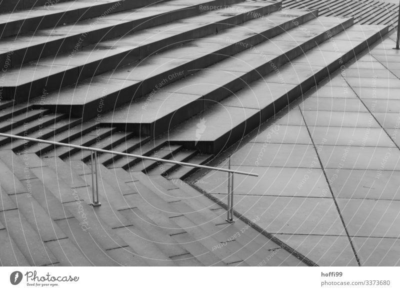monotone Treppenlandschaft im Regen Totale Zentralperspektive Schatten Licht Morgen Strukturen & Formen Muster abstrakt Detailaufnahme Außenaufnahme