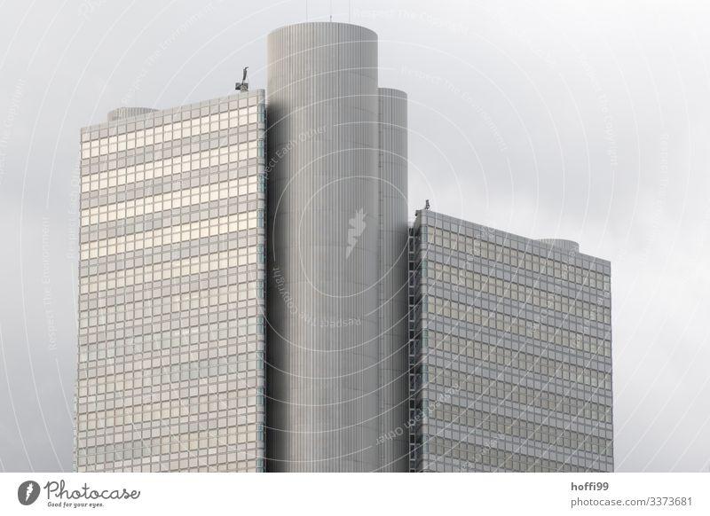 Hochhaus mit Wolken im Hintergrund Bankgebäude Fenster Business Architektur Außenaufnahme Kapitalwirtschaft Fassade Symmetrie Reflexion & Spiegelung Gebäude