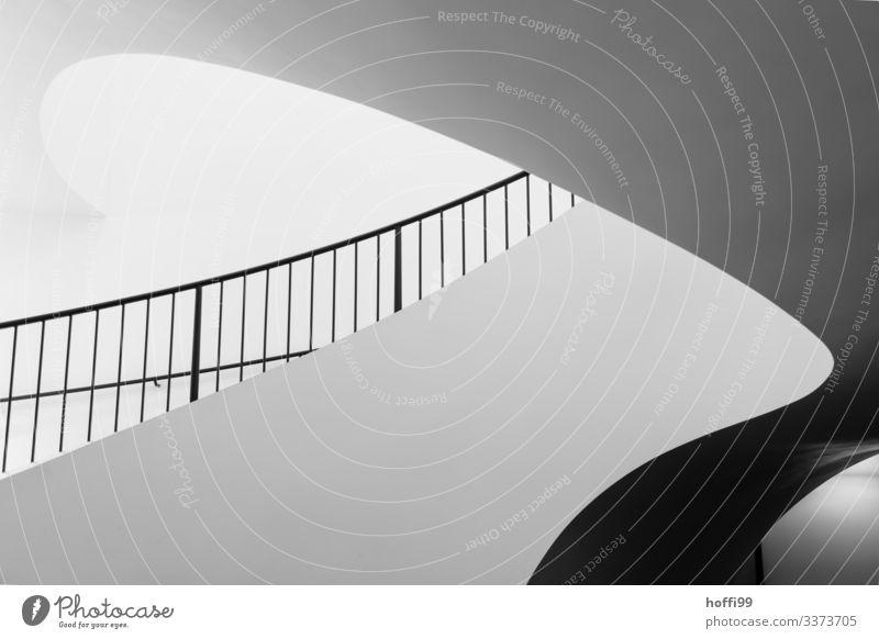 """geschwungener eleganter Treppenaufgang rund runde wand Treppenhaus Treppengeländer Licheinfall runde Form Moderne Architektur eleganter hintergrund,"""""""