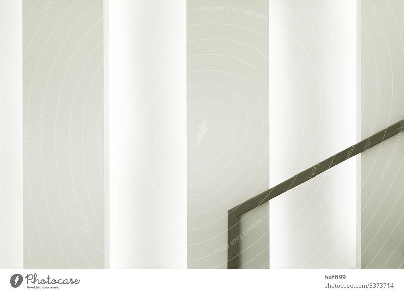 Handlauf Treppengeländer vor weisser Wand Abstrakte Form architektur Architekturfotografie Innenraum minimalistisch weiße wand strukturierte Wand abstrakt
