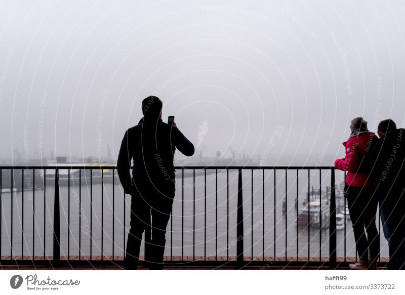Bild im Nebel von einem, der im Nebel Bilder macht Menschen Horizont Hafen 30-45 Jahre Brücke Hamburger Hafen Panorama (Aussicht) Himmel Wasser Hafenstadt