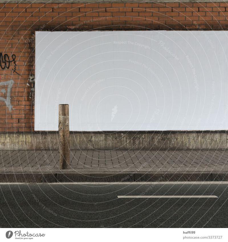 leere weiße Plakatwand im Tunnel mit Straße und Begrenzungspfahl Plakatwerbung Strasse Backsteinwand leere Plakatwand Menschenleer Werbung schmuddelig dunkel
