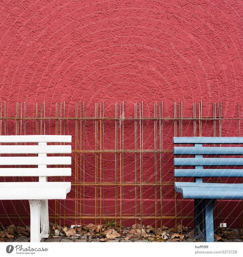 Fragment von zwei Bänken mit Stahlgitter vor roter Wand Bank Fragmente bewehrungsstahl bewehrungskorrosion Bewehrungsgitter Bewehrungseisen blaue Bank