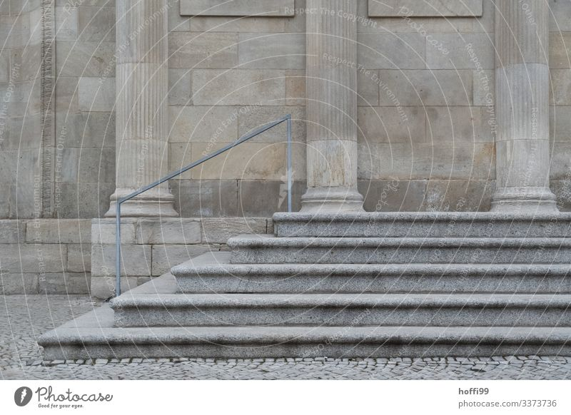 Sandsteintreppe mit Säulen und Geländer Sandsteinmauer Handlauf Treppengeländer Sandsteinsäulen Sandsteinfassade Architektur Mauer Außenaufnahme Menschenleer