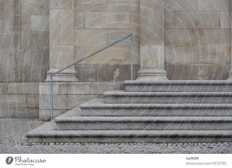 Treppe mit Säulen aus Sandstein Sandsteintreppe Sandsteinmauer Handlauf Treppengeländer Sandsteinsäulen Sandsteinfassade Architektur Mauer Außenaufnahme