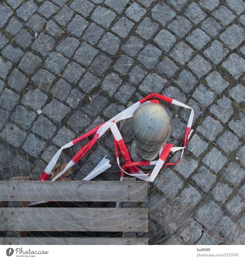 Palette mit Flatterband und Pfahl von oben flatterband Pflastersteine Pflasterweg Wege & Pfade Strukturen & Formen rot-weiß Barriere Isolierung (Material)