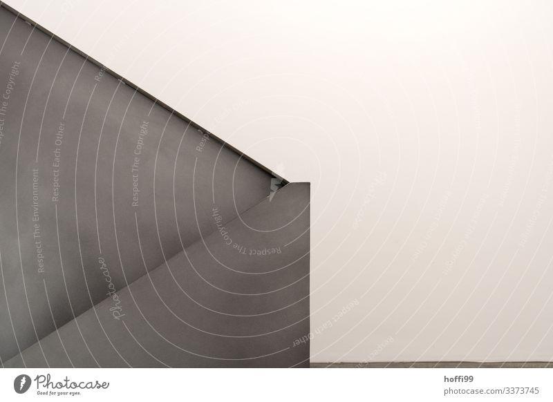 moderne minimalistische Treppe und Treppenhaus Handlauf Treppengeländer geschlossenen Treppengheländer abstrakte Formen gradlinige Struktur Betonwand