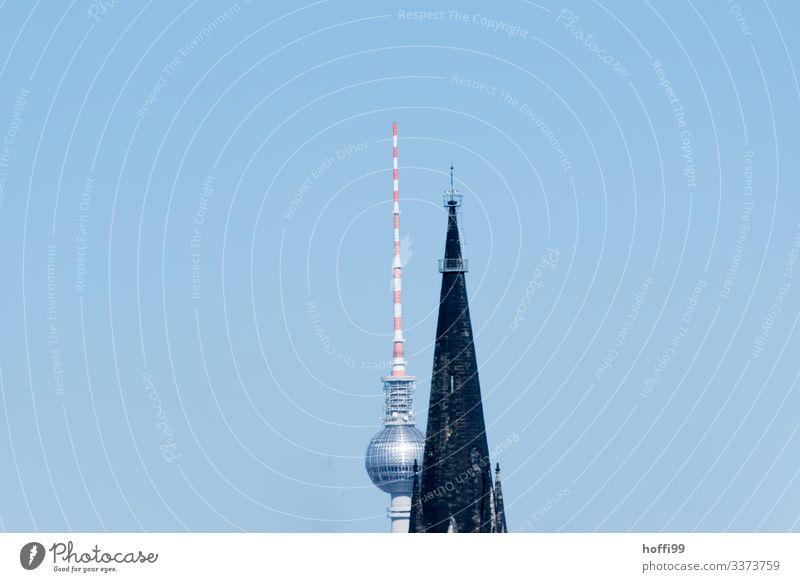 Berliner Fernsehturm halb verdeckt von einem Kirchturm Telekommunikation Wolkenloser Himmel Sonne Schönes Wetter Hauptstadt Kirche Turm Architektur Dach Antenne