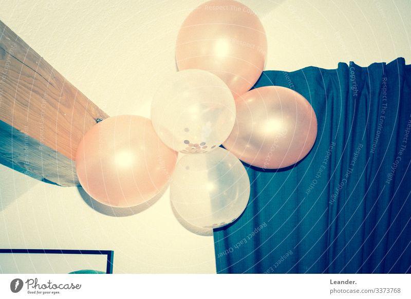 Paaarty Musik Luftballon blau gelb rosa Party hängen altehrwürdig retro Farbfoto Innenaufnahme Menschenleer Textfreiraum links Textfreiraum rechts