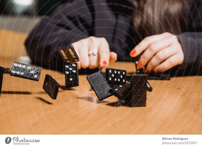 Die hölzernen Dominoblöcke, die herunterfallen Spielen Kartenspiel Poker Lotterie Business kaufen Dominosteine Absturz Klotz Einfluss Gleichgewicht Versagen